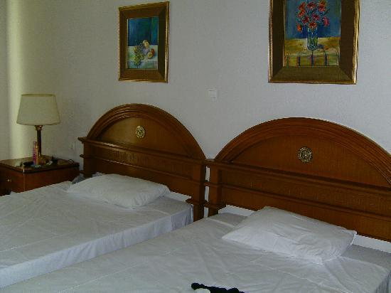 Agios Georgios, Grèce : La chambre vieillote mais propre
