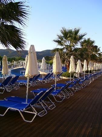 Agios Georgios, Greece: La piscine près de la plage