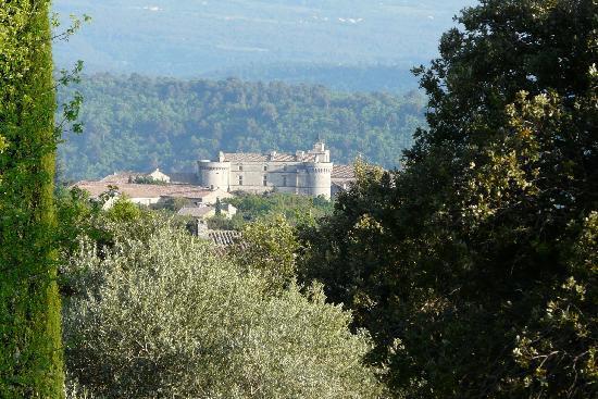 Hotel Les Bories & Spa: Gordes vue du jardin