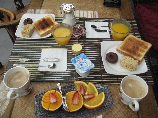 Kellys Courtyard: Simple but delightful & refreshing breakfast. Great coffee, too! Cheers!
