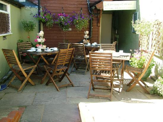 Greengages Cafe: Summer Courtyard