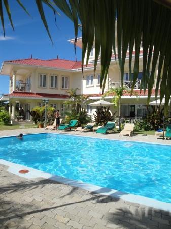 Marie Laure Suites: piscine