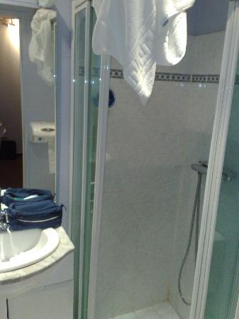 Petite salle de bain picture of eric hotel dole for Petite salles de bain