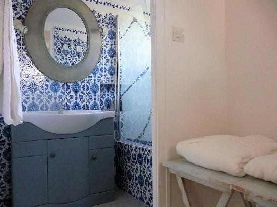 salle de bain picture of rue des joyeux marseille tripadvisor. Black Bedroom Furniture Sets. Home Design Ideas