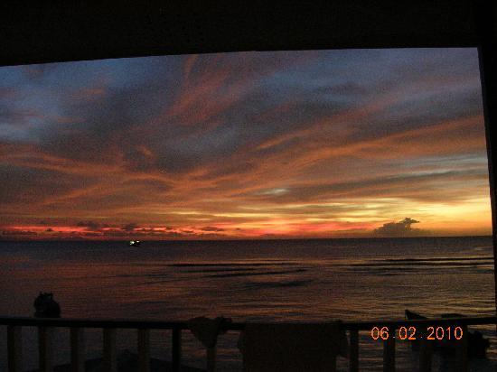 Conrado Beach Resort: Sunset from my room 3