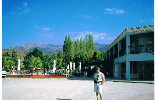 Marilena Hotel: Marilena car park with pool to rear and views of mountains