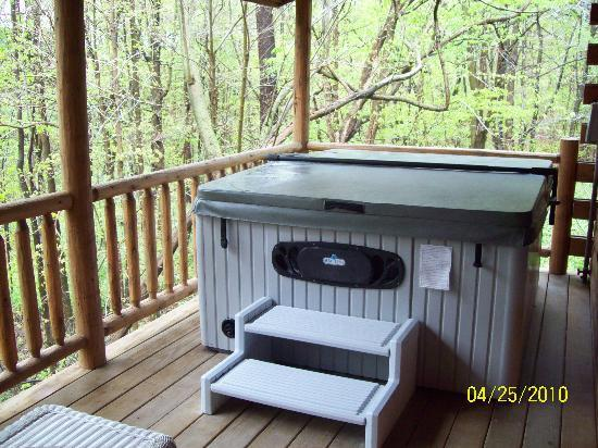 Cricket Hill Cabins: The hot tub