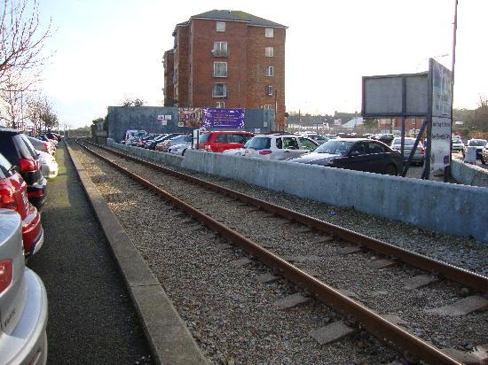 Talbot Wexford: Hotel car parking! Yes thats a train line running alonside it