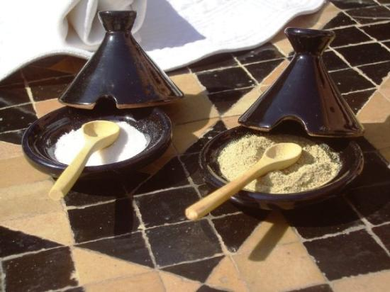 Amanjena : cute little tagine-like containers for salt and pepper... ;-) (i would hav bought these if they