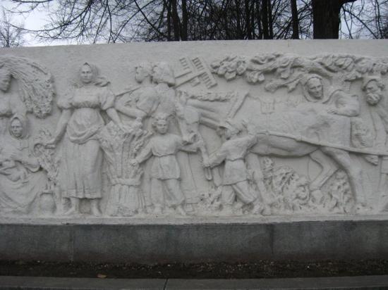 Yaroslavl, Russia: Барельеф рядом с памятником Некрасову. типа, герои произведений Некрасова