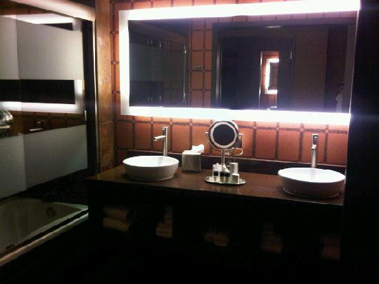 Golden Nugget Hotel: awesome bathroom