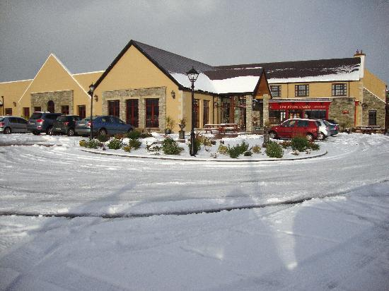 Silver Tassie Hotel & Spa: Front of Silver Tassie at christmas time