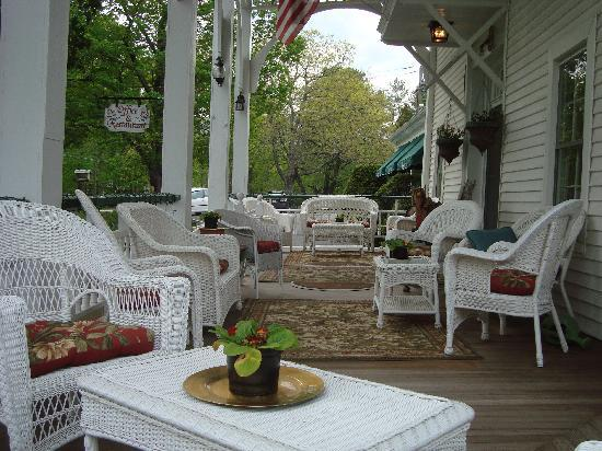 Bavarian Manor Country Inn & Restaurant: Relaxing on the porch