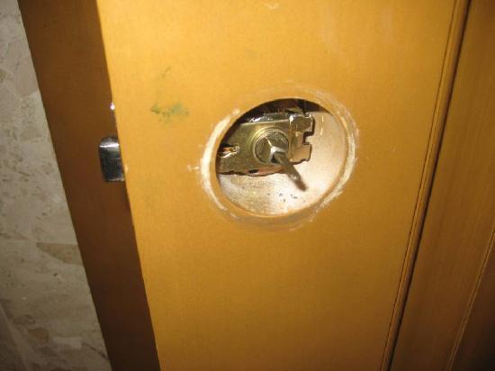 Iberostar Punta Cana: Broken Bathroom Knob (left unfixed for 3 days)