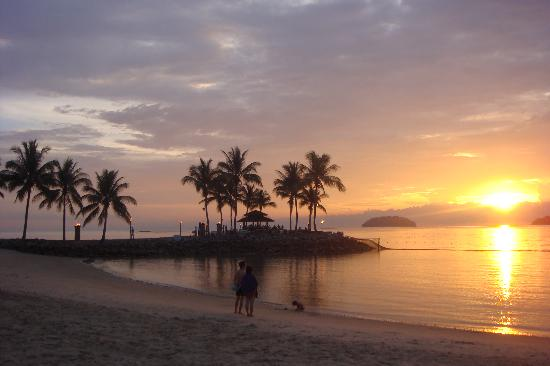 Shangri-La's Tanjung Aru Resort & Spa : Beach at sunset