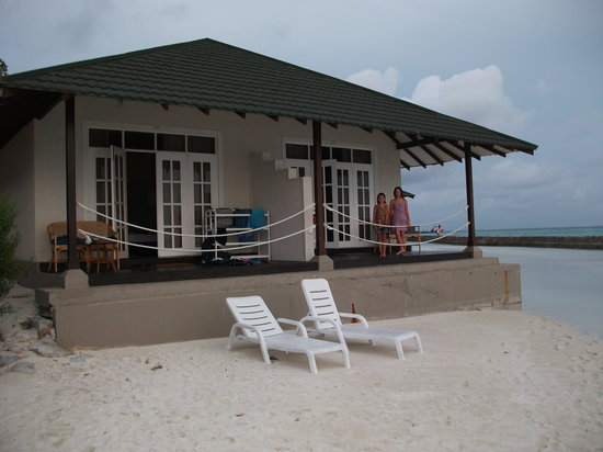 Meedhupparu Island: sea wall side accom