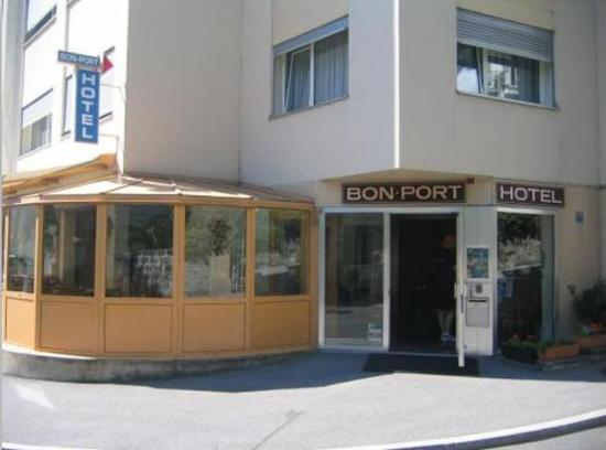 Bon-Port Hotel: the hotel from outside