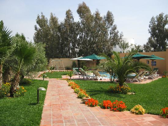 Alentour piscine picture of alhambra thalasso hotel for Alentour piscine