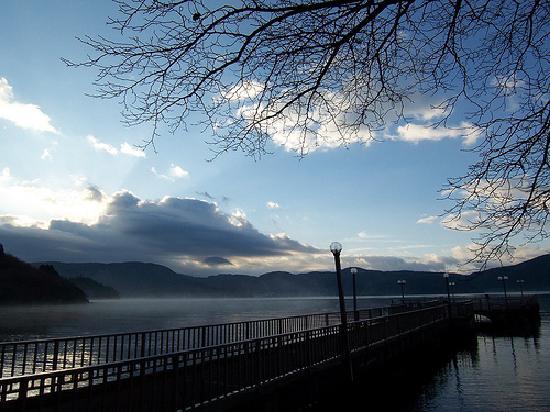 Hakone-en Lakeside Annex: Lakeside Annex jetty and misty Lake Ashi