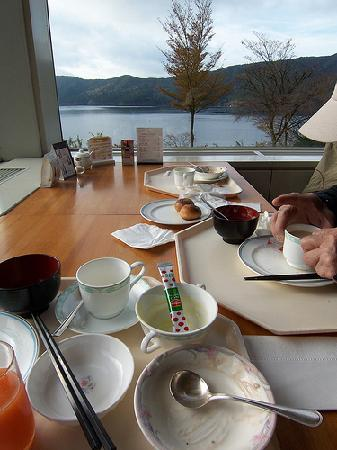 Hakone-en Lakeside Annex : What's left of breakfast, with a great view