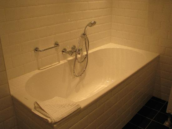 Apollo Hotel Veluwe de Beyaerd: Full bath in bathroom (only in deluxe room)
