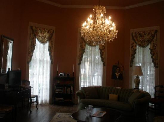 Maison Louisiane Historic Bed and Breakfast: beautiful living room