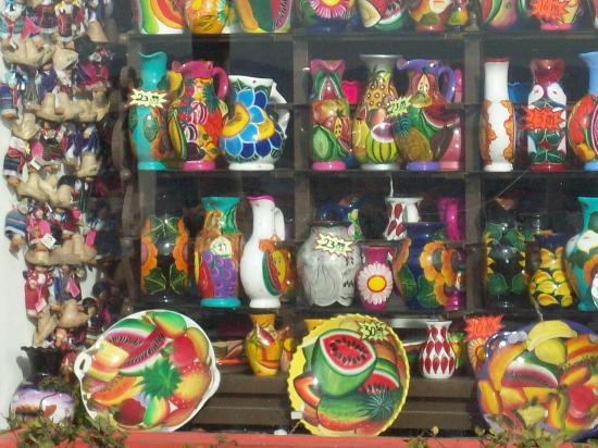 Chapala, Meksiko: Shops with colorful dishes