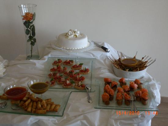 Alion Beach Hotel: Cake and canapes