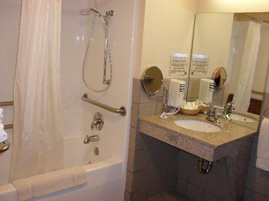 Hawthorn Suites by Wyndham Napa Valley: Large bathroom due to having a handicap room