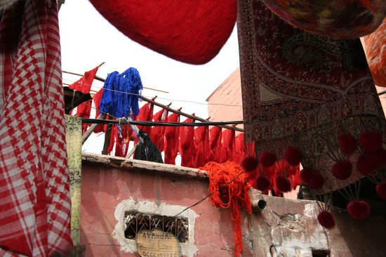 Marrakesch, Marokko: Marrakech Dyed Wool Hanging in the Dyers Souk