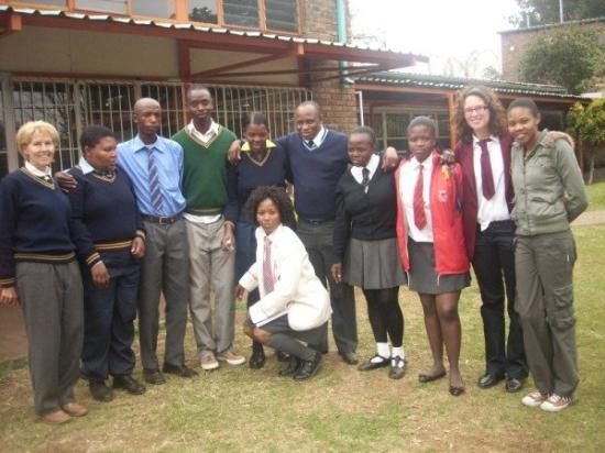 Soweto, Sydafrika: youth day! in schooluniform met de staff