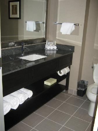 Holiday Inn Express in Plainville: Large modern bathroom
