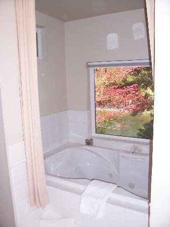All Seasons River Inn: Bathtub w/ jets and a view