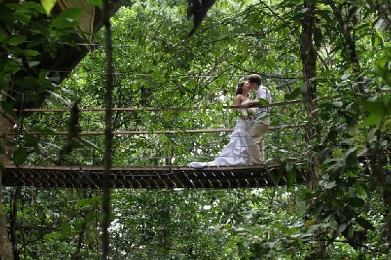 Piedras Blancas, Costa Rica: kiss'n on the swinging bridge