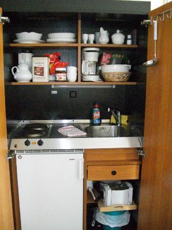 die kleine praktische küche aus dem schrank - Bild von Tropenhaus ...