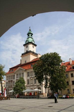 Jelenia Gora, Poland: Marktplatz mit Rathaus - aus einem Laubengang heraus fotografiert
