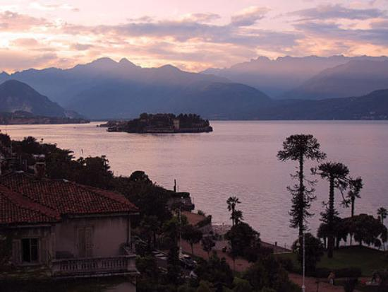Stresa, Włochy: Dusk over Isola Bella, Lake Maggiore, Italy, August 2009