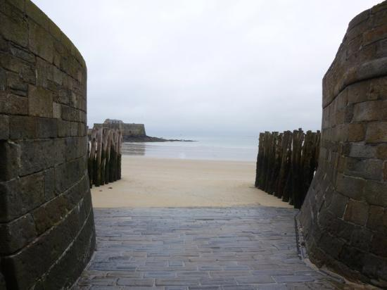 Saint-Malo, France : to the beach