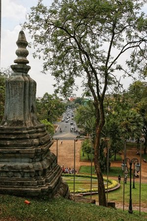 wat phnom located at the centre of phnom penh