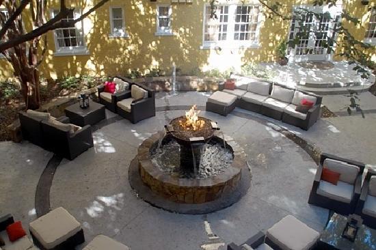 Artmore Hotel: Courtyard
