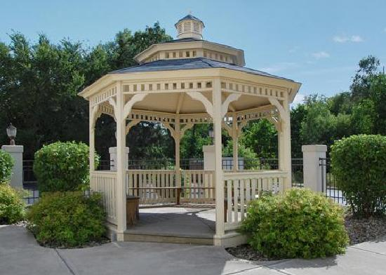 Comfort Suites University Area: Relax in the hotel's gazebo