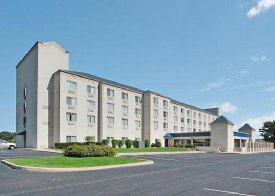 Comfort Suites University Area: Side view of hotel