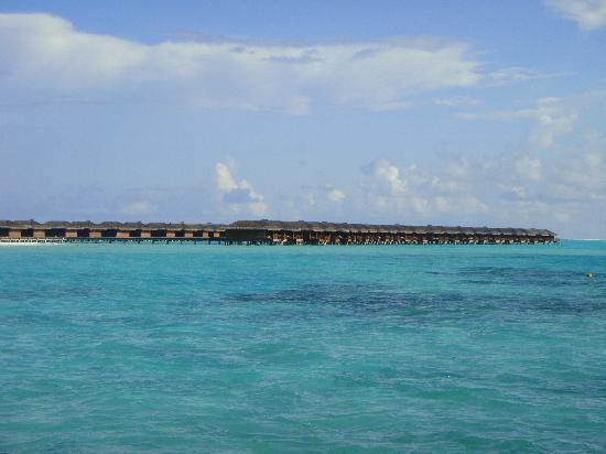 Hotel Medhufushi: vue de loin sur pilotis