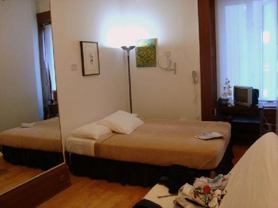 Hotel Montreal Espace Confort: Our double-bed room with a useful floor length mirror