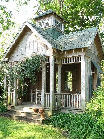 Roanoke Island Inn: A cozy spot to enjoy the backyard gardens!