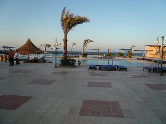 Paradise Beach Resort : veduta della prima piscina