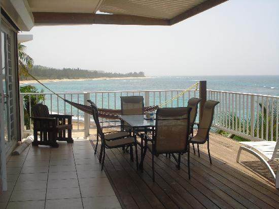 Villa Tropical Oceanfront Apartments on Shacks Beach : Villa Tropical's M3 unit deck view west