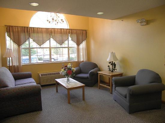 Microtel Inn & Suites by Wyndham Pigeon Forge: Hotel lobby sitting area
