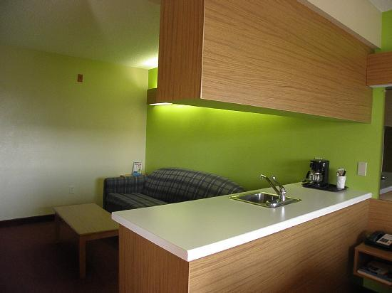 Microtel Inn & Suites by Wyndham Pigeon Forge: Kitchenette divides areas.  Lighting over couch does not disturb people in other parts of the ro