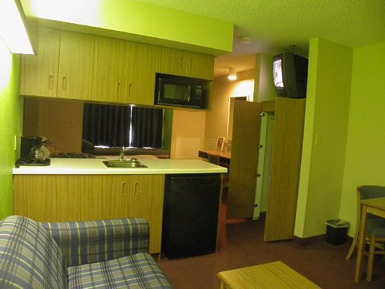 Microtel Inn & Suites by Wyndham Pigeon Forge: Lots of cabinet space, sink to wash your dishes, microwave, dorm size fridge